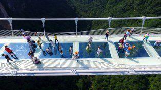 El puente se eleva a 300 metros de altura sobre un cañón en el parque natural de Zhangjiajie