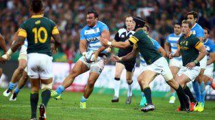 Martín Creevy busca abrir la pelota ante la presión sudafricana.
