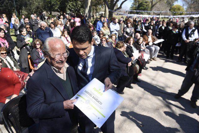 Reconocimiento. La entrega de diploma a los vecinos históricos emocionó.