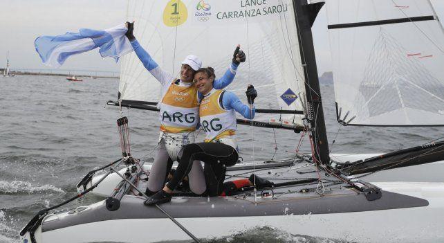 Dupla ganadora. Santiago Lange y la rosarina Cecilia Carranza Saroli celebran el primer oro olímpico de la vela argentina.