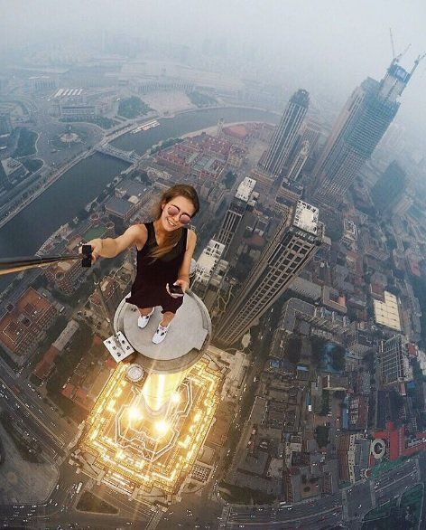 La joven en las alturas de China.