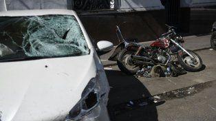El Peugeot blanco y la moto que protagonizaron al fatal choque.