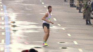 La conmovedora imagen del argentino que terminó último la maratón de Río