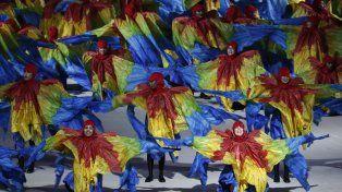 Bailarines vestidos como guacamayos participaron de la ceremonia de cierre.