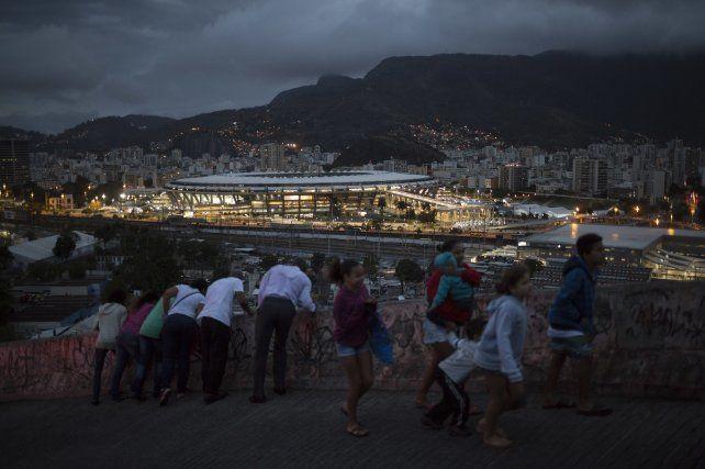 Habitantes de la comunidad de Mangueira observan el maracaná