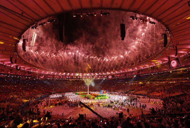 El Maracaná explota de fuegos artificiales sobre el final de los festejos.