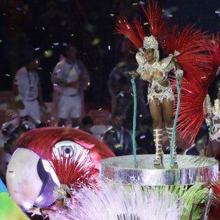 Una pasista sobre una carroza, en la fiesta con color carnavalesco para el final de Rio 2016.