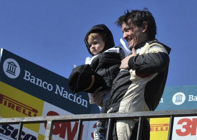 En el corazón. Chiaverano fue pura emoción en el podio con Valentino en brazos.