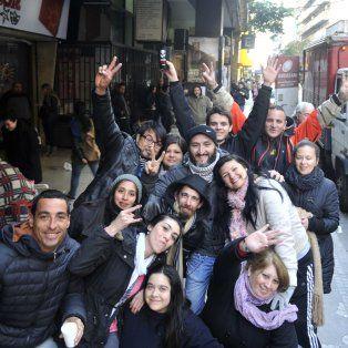A pesar del frío, desde temprano hicieron la cola por una entrada de los Guns en Rosario.