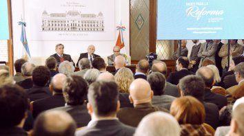 El gobernador de Santa Fe, Miguel Lifschitz, presentó hoy las bases para la reforma de la Constitución provincial.