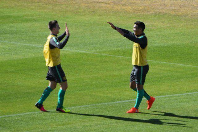 Teo Gutiérrez se saluda con un compañero