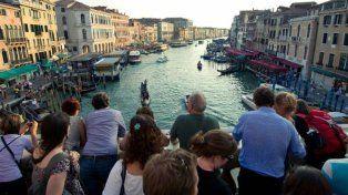 Venecia. En el barrio de Castello hay panfletos que rezan: Tourist go away.