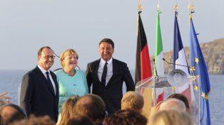 Juntos. Los tres principales gobernantes europeos se reunieron a bordo del portaaviones Garibaldi.