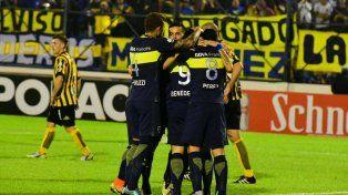 Abrazos. Los jugadores de Boca festejan el gol que le dio el pase a octavos.