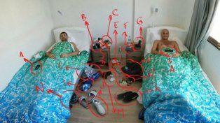 Manu y el Chapu en sus respectivas camas se ríen de su propio desorden.