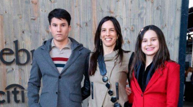Paula Robles junto a sus hijos Francisco y Juana.