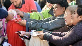 Frutas para todos. Miles de porteños fueron a buscar manzanas y peras sin cargo y muchos se quedaron con las manos vacías.