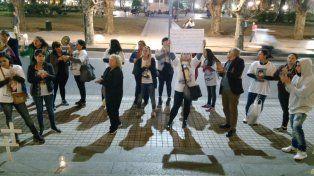 Un puñado de familiares de víctimas de la inseguridad protagonizaron un fuerte reclamo frente a Gobernación.