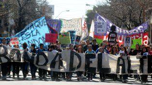 Solidaridad y preocupacion. Los compañeros y amigos de Melisa reclamaron por su aparición frente al Colegio Almirante Brown de Santa Fe.