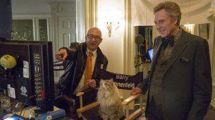 En pleno rodaje. El director Barry Sonnenfeld y Christopher Walken en un alto del filme junto al gato estrella.