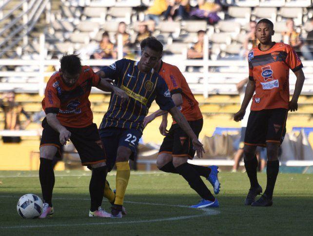 Pide pista. Emmanuel Ojeda jugó unos minutos en el amistoso ante Sud América y quiere debutar en este torneo.
