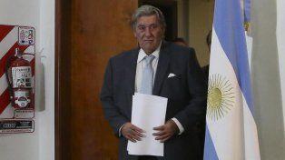 A escena. Armando Pérez ingresa a la sala de la AFA para explicarles a los medios de prensa la resolución del conflicto.