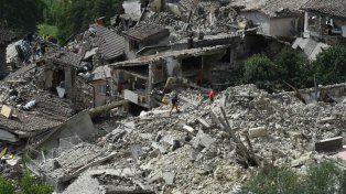 Socorristas recorren las estructuras que colapsaron por el terremoto enPescara del Tronto.
