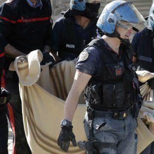 Efectivos policiales y socorristas trasladan el cadáver de una de las víctimas enAmatrice, una de las localidades afectadas por el sismo.