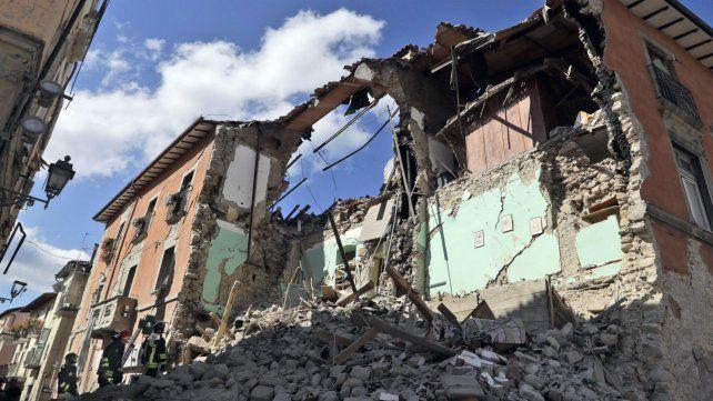 Bomberos trabajan sobre un edificio colapsado en la localidad de Amatrice.