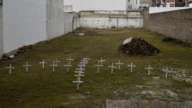 El terreno donde estaban los edificios y el homenaje que hicieron hace poco los familiares.