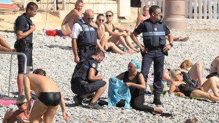 La policía de Niza obligó a una mujer a quitarse el burkini