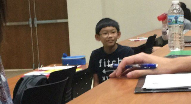 El pequeño Daniel Liu durante la clase de química orgánica en la universidad.