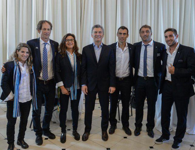 Con los dorados. El presidente posa con algunos de los argentinos que llegaron más alto en Rio 2016.