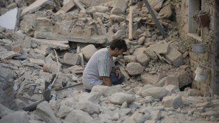 Un hombre se lamenta entre los restos de su casa en Amatrice.