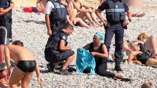así no. La policía municipal de Niza multa a una mujer por usar burkini.