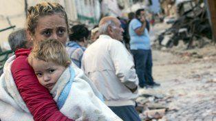 gracias a la vida. Una madre se aferra a su pequeño hijo, en medio de la desolación del sismo en Illica.