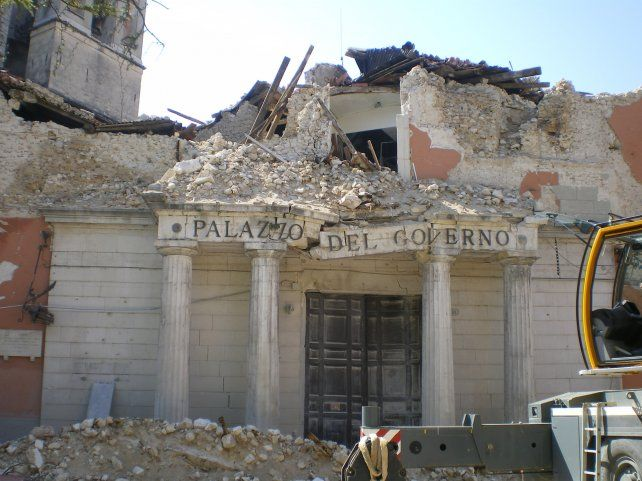 laquila. Así quedó el Ayuntamiento tras el sismo del 6 de abril de 2009.