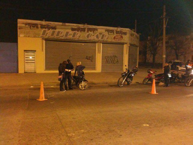 en acción. Inspectores controlaban anoche las motos en distintas arterias de la ciudad.