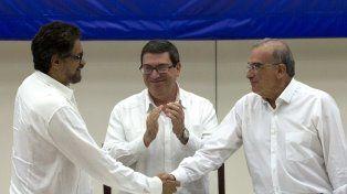 histórico. Apretón de manos entre el jefe guerrillero, Iván Márquez, y el negociador oficial, Humberto de la Calle.