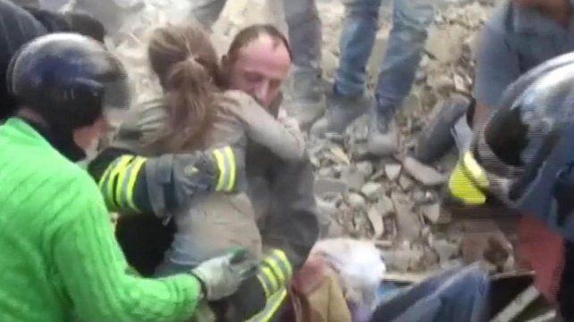 Emotivo rescate de una nena sepultada durante 16 horas por el sismo en Italia