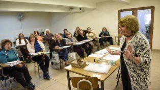 Un grupo de estudiantes de la Upami aprendiendo francés con la profesora Norma Tonelli.