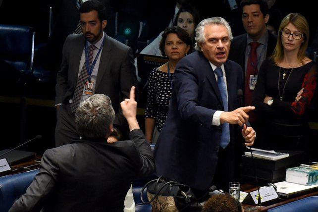 tension. Los senadores Ronaldo Caiado (der.) y Lindbergh Farias (izq.
