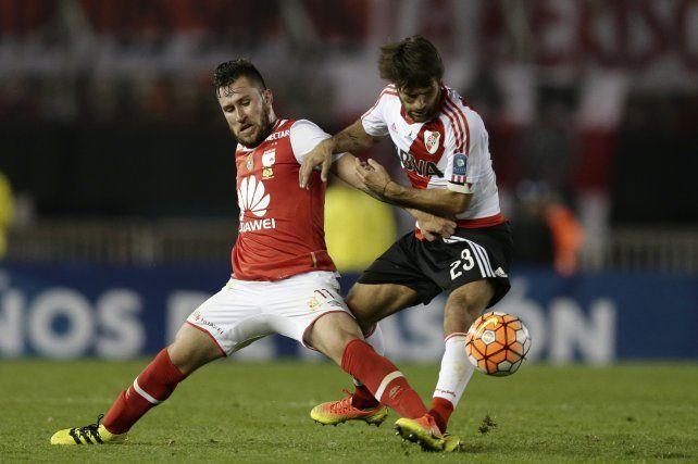 Jonathan Gómez y Leonardo Ponzio pelean por el balón.