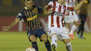 Al pie. Delgado domina el balón en el partido ante River