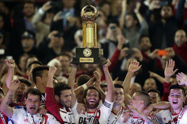Otra más. Ponzio levanta la Recopa Sudamericana luego de vencer a los colombianos en el Monumental.