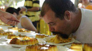 Paco Schumacher González en acción. Batió una tradicional marca comiendo flanes.