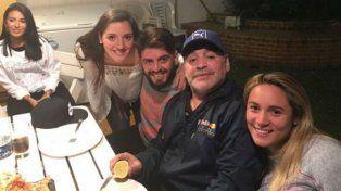Diego Maradona con sus hijos Jana y Diego Jr. y su mujer Rocío Oliva que promovió el encuentro.