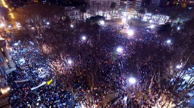 Miles de personas coparon la plaza San Martín frente a la sede local de Gobernación.