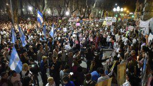 La Plaza San Martín, colmada anoche por ciudadanos que pedían más seguridad.