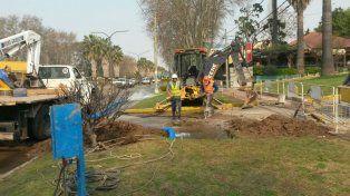 Una cuadrilla de Aguas Santafesinas trabaja en la reparación del un caño de agua en Rodeau al 1300.